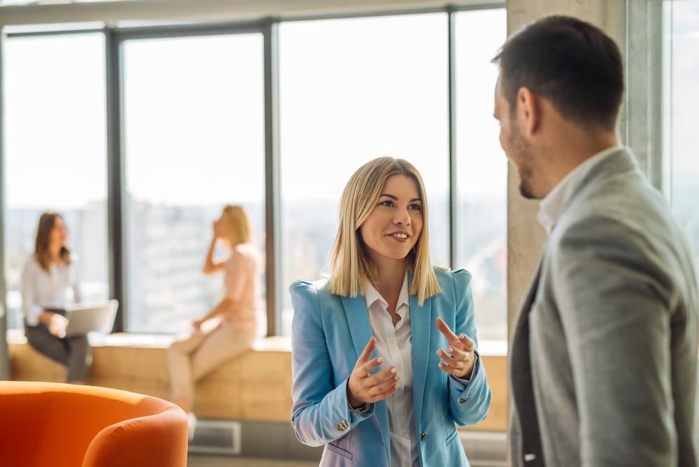 上司と話をする女性